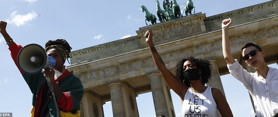 29038548-8374007-BERLIN_GERMANY_Supporters_of_the_Black_Lives_Matter_movement_hol-a-82_1590930760641